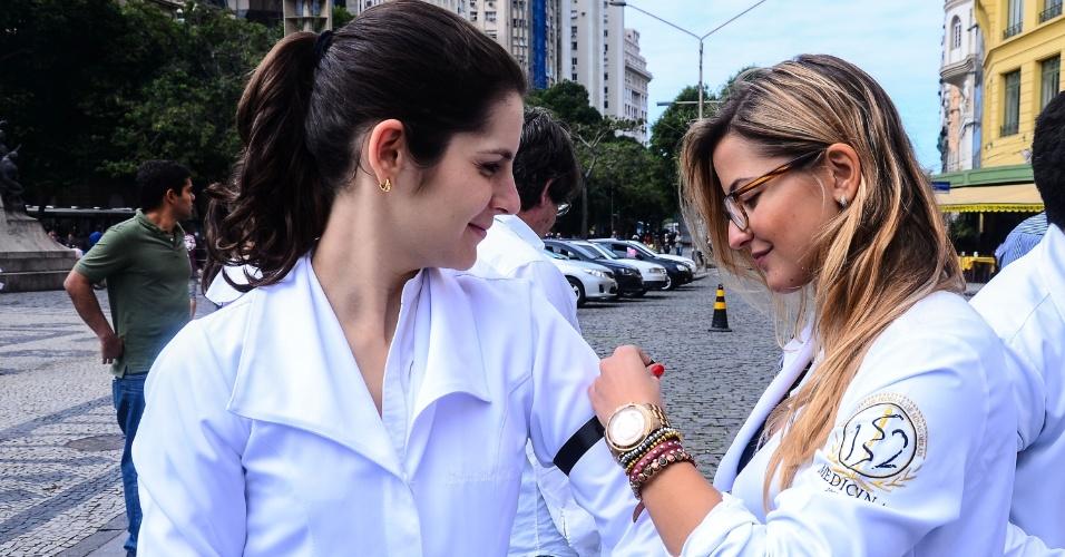 3.jul.2013 - Médicos realizam manifestação na Cinelândia, no centro do Rio de Janeiro, nesta quarta-feira (3). Uma mobilização nacional convocada por entidades de médicos exige melhorias na saúde pública