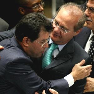 O presidente do Senado, Renan Calheiros (PMDB-AL), viajou em um avião oficial da FAB para ir ao casamento da filha do senador Eduardo Braga (PMDB-AM) Acima, os colegas de partido se cumprimentam durante a votação da MP dos portos no Senado, em maio de 2013