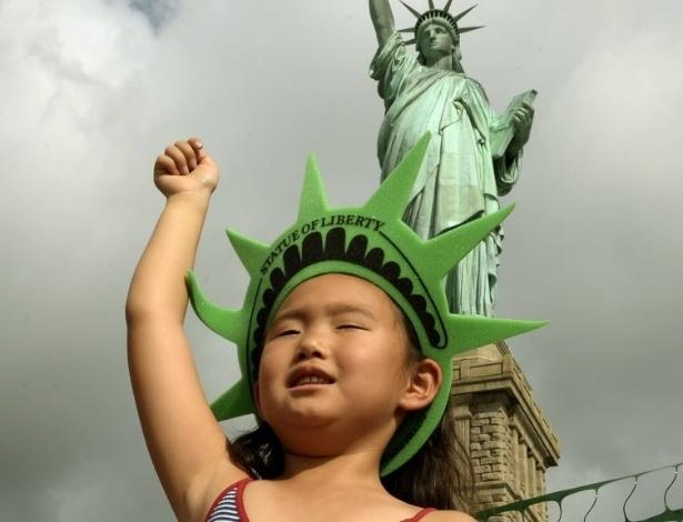 4.jul.2013 - Turistas visitam a Estátua da Liberdade, em Nova York, nesta quinta-feira (4). A Estátua da Liberdade foi reaberta para visitas hoje, Dia da Independência dos Estados Unidos, após ter sido fechada devido a danos provocados pelo furacão Sandy, que passou pelo país em 2012 deixando rastro de destruição