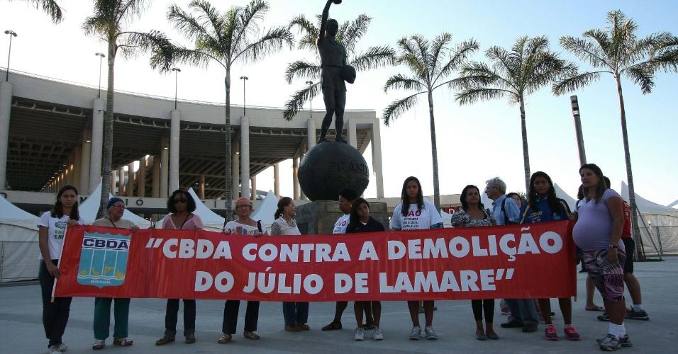 4.jun.2013 - Grupo de mulheres protesta em frente ao estádio do Maracanã, no Rio de Janeiro, contra a demolição do Parque Aquático Júlio Delamaris nesta quinta