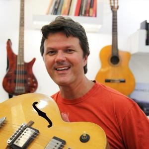 Heitor Castro tem três escolas de música, mas ficou rico com a venda de aulas em DVD