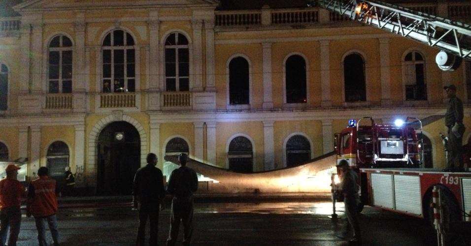 6.jul.2013 - Bombeiros tentam controlar incêndio no Mercado Público Porto Alegre. As chamas se alastraram a partir do segundo piso do prédio histórico, em frente à estação do trem metropolitano, no centro da cidade