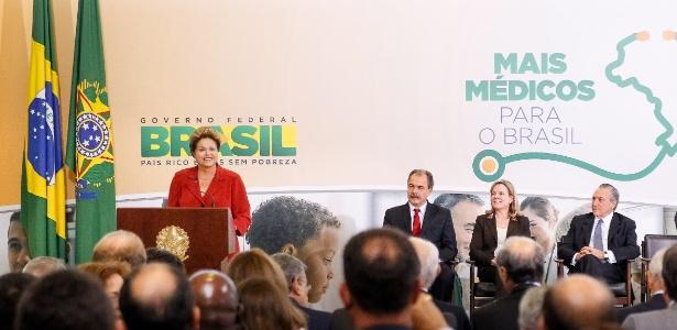 Dilma Rousseff discursa durante a cerimônia em que anunciou medidas para ampliar a oferta de médicos