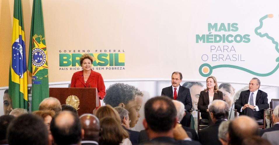 8.jul.2013 - A presidente Dilma Rousseff discursa durante a cerimônia em Brasília em que anunciou medidas para ampliar a oferta de médicos no Brasil, nesta segunda-feira (8). Dilma admitiu que a saúde pública no Brasil é falha e afirmou que a vinda de médicos estrangeiros ao país é emergencial
