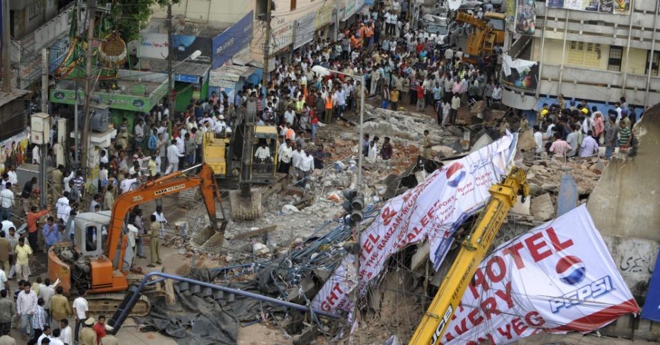 8.jul.2013 - Operários usam retroescavadeiras para remover escombros deixados pelo desmoronamento de um velho hotel na cidade de Secunderabad, no sul da Índia, que matou ao menos seis pessoas e feriu outras 12.