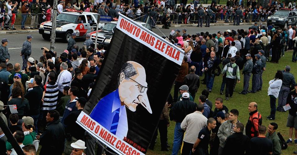 9.jul.2013 - O governador Geraldo Alckmin (PSDB-SP) e autoridades civis e militares participaram dos desfiles de 9 de julho no Ibirapuera. Alguns representantes do Sipesp (Sindicato dos Investigadores de Polícia do Estado de São Paulo) exibiram cartazes de protesto contra o governador