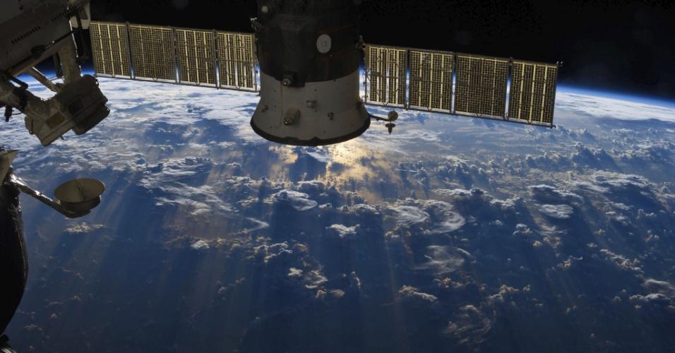 9.jul.2013- Fotografia da Estação Espacial Internacional mostra intensa formação de nuvens sobre o oceano Atlântico, sobre o Brasil e Equador. Um satélite russo sobre um pequeno espaço e reflete o Sol