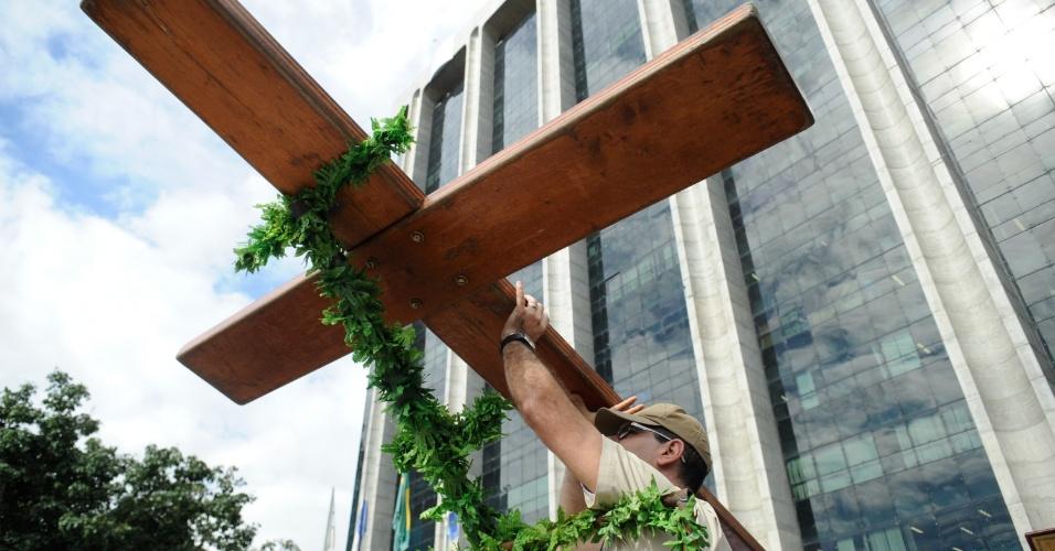 10.jul.2013 - Cruz Peregrina e o Ícone de Nossa Senhora, símbolos religiosos da Jornada Mundial da Juventude, passam pela Prefeitura do Rio de Janeiro, na região central da capital fluminense