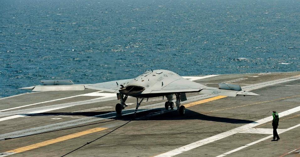 """10.jul.2013 - O X-47B, um protótipo de avião não-tripulado (""""drone""""), pousou no porta-aviões americano USS George HW Bush nesta quarta-feira (10), abrindo um novo capítulo na história da Aviação Naval do país, anunciou a Marinha"""