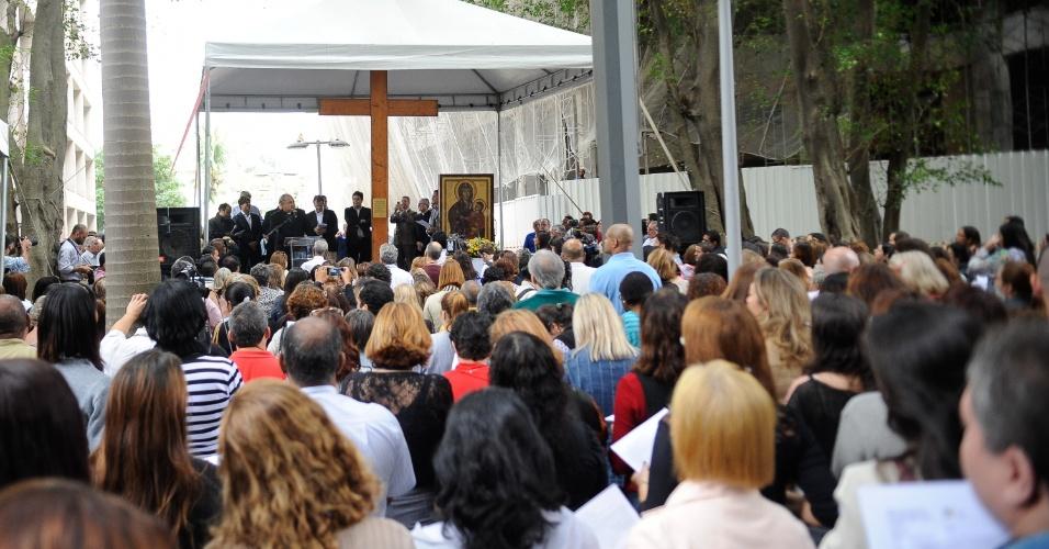 10.jul.2013 - Fiéis acompanham cerimônia em que o prefeito do Rio de Janeiro, Eduardo Paes, recebe a Cruz Peregrina e o Ícone de Nossa Senhora, símbolos religiosos da Jornada Mundial da Juventude