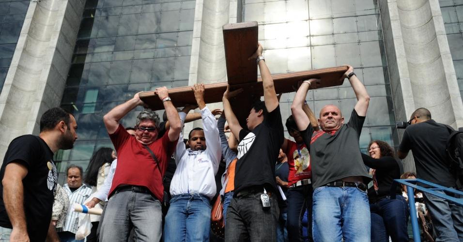10.jul.2013 - Fiéis carregam a Cruz Peregrina e o Ícone de Nossa Senhora, símbolos religiosos da Jornada Mundial da Juventude, em frente à Prefeitura do Rio de Janeiro, na região central da capital fluminense