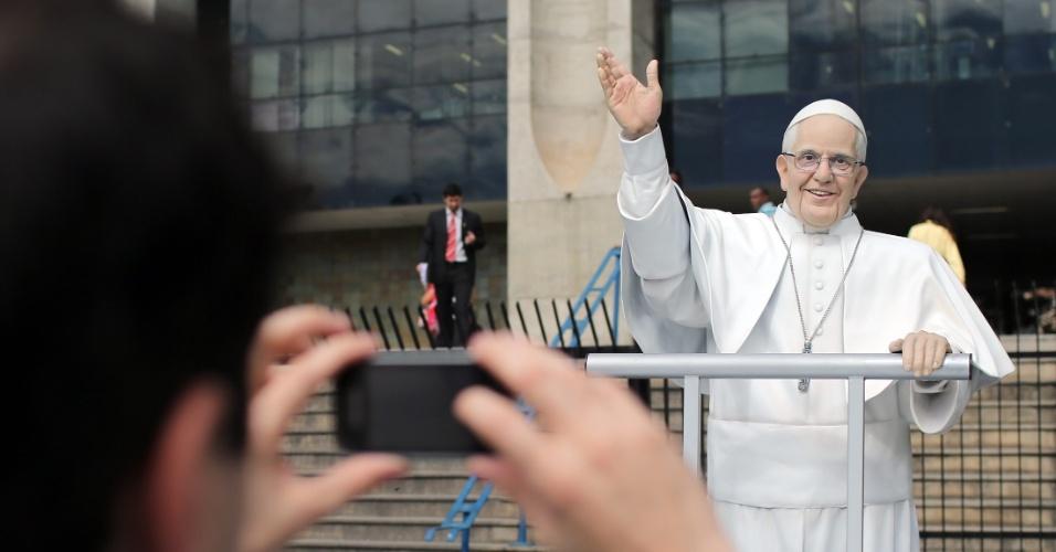 10.jul.2013 - Homem tira foto de estátua do papa Francisco em frente à Prefeitura do Rio de Janeiro, na região central da capital fluminense. A estátua, feita de fibra de vidro em tamanho real, recorrerá várias partes da cidade em comemoração à Jornada Mundial da Juventude