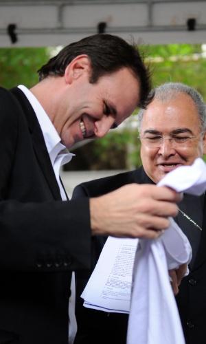 10.jul.2013 - O prefeito do Rio de Janeiro, Eduardo Paes, recebe na prefeitura da cidade, a Cruz Peregrina e o Ícone de Nossa Senhora, símbolos religiosos para a Jornada Mundial da Juventude. Na ocasião, Paes ganhou uma camiseta oficial do evento, que será realizado de 23 a 28 de julho