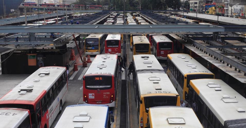 10.jul.2013 - Um protesto de motoristas e cobradores de ônibus fechou o terminal Dom Pedro 2º, nesta quarta-feira (10), no centro de São Paulo. O ato ocorre simultaneamente nos principais terminais rodoviários da cidade, e os manifestantes reivindicam transparência no pleito eleitoral do Sindicato dos Motoristas de São Paulo