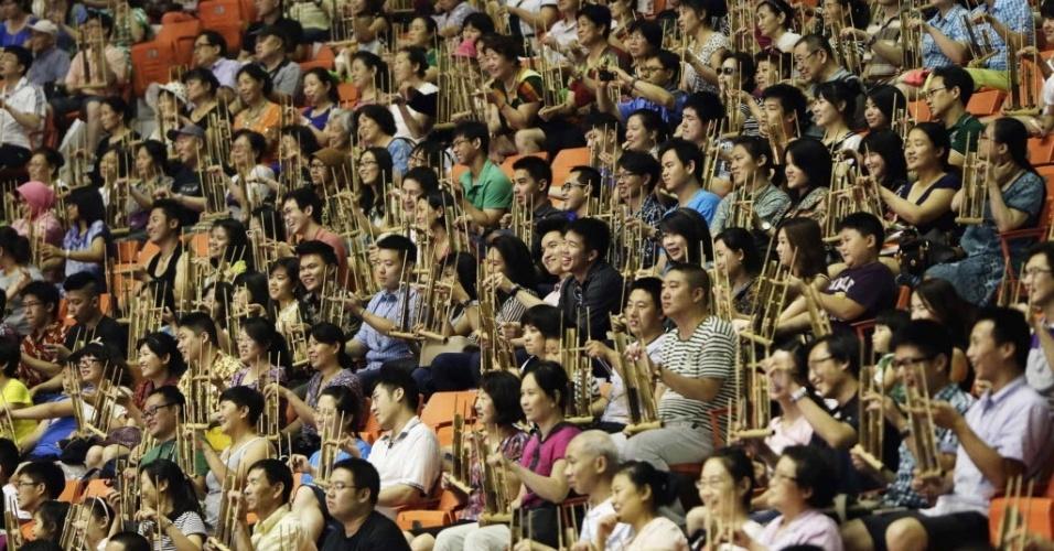 30.jun.2013 - Em Pequim, China, 5.390 pessoas se reuniram em um ginásio na tentativa de quebrar o Recorde Mundial do Guinness para o maior número de pessoas tocando Angklung, um instrumento musical feito de bambu