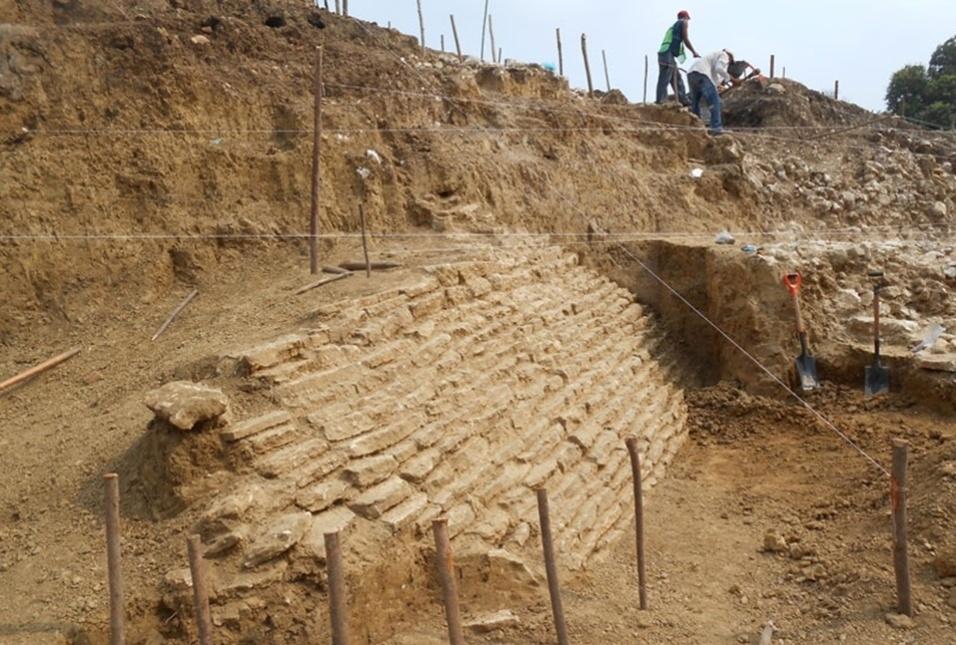 11.jul.2013 - Arqueólogos do Inah (Instituto Nacional de Antropologia e História) do México localizaram uma pirâmide de 12 metros de altura e 25 metros de largura cercada de ladrilhos com características da cultura maia na região de Veracruz, a 400 quilômetros da Cidade do México