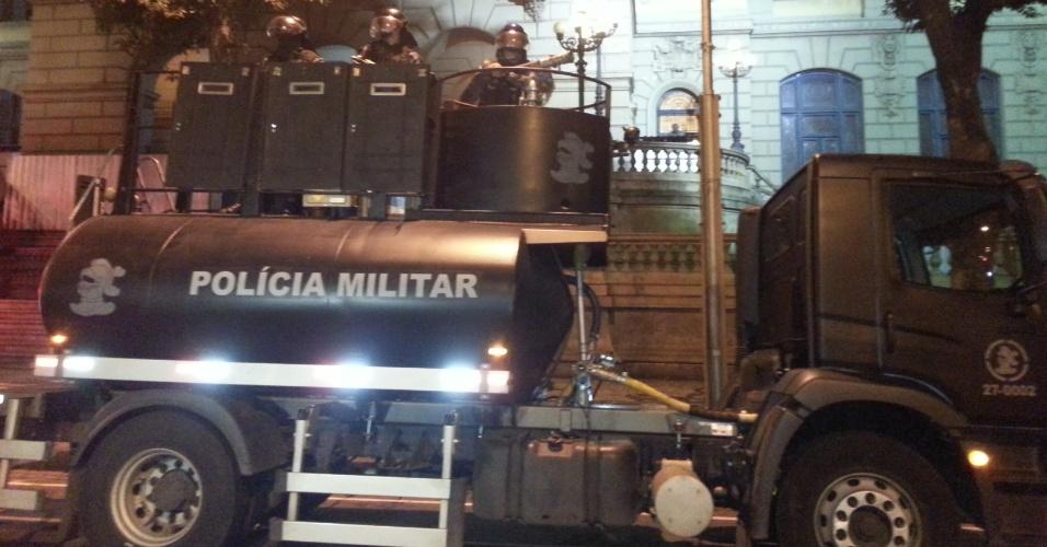 """11.jul.2013 - Canhão de água, conhecido como """"brucutu"""", da tropa de choque é posicionado na Avenida Rio Branco, em frente à Biblioteca Nacional, no Rio de Janeiro. O equipamento é utilizado para dispersar multidões"""
