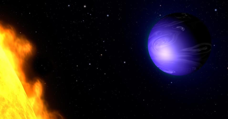 11.jul.2013 - Cientistas da Nasa (Agência Espacial Norte-Americana) descobriram a verdadeira cor do HD 189733b, um dos exoplanetas mais próximos da Terra, a  63 anos-luz de distância. Com observações em luz visível do telescópio Hubble, o grupo mediu a quantidade de luz refletida na superfície do planeta em três momentos - antes, durante e depois de passar atrás de sua estrela - e viram que havia alterações apenas no espectro azul, mas nenhuma no verde nem no vermelho. Mas azul cobalto não significa que ele é coberto por oceanos como a Terra, pois a cor é deve-se a uma atmosfera gasosa e turbulenta, composta principalmente de hidrogênio e carregada de partículas de silicato, substância que transmite a luz azul