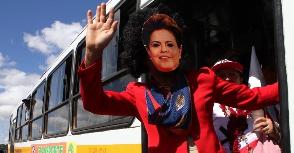 11.jul.2013 - Manifestante usa máscara da presidente Dilma Rousseff em ato organizado por centrais sindicais na Esplanada dos Ministérios, em Brasília, nesta quinta-feira (11)