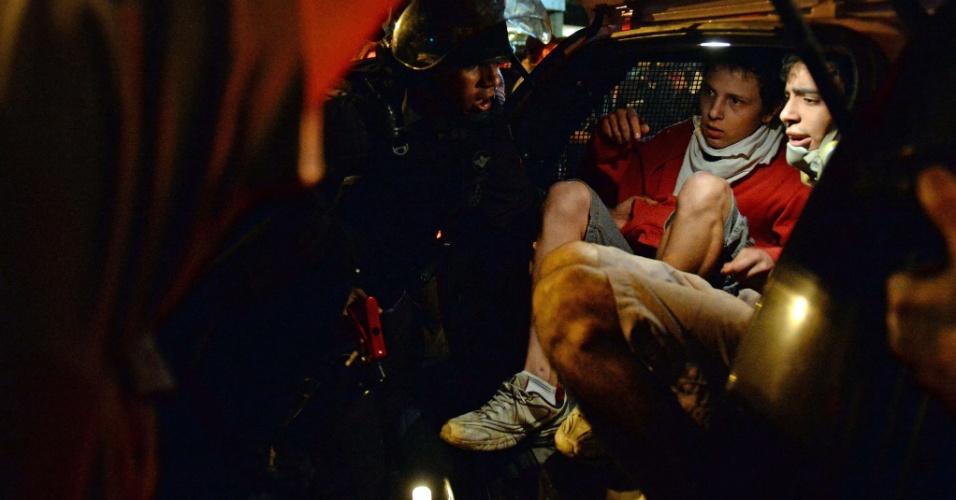 """11.jul.2013 - Manifestantes são presos no Rio de Janeiro, durante manifestação do """"Dia Nacional de Lutas"""", organizado por centrais sindicais"""