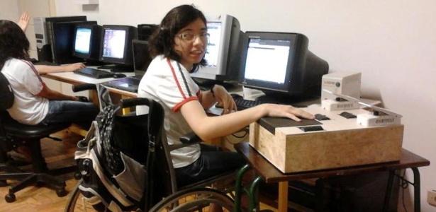 Michelle Aparecida Peixoto, 27, teve paralisia infantil e apresentava dificuldades para usar o mouse tradicional no curso de informática