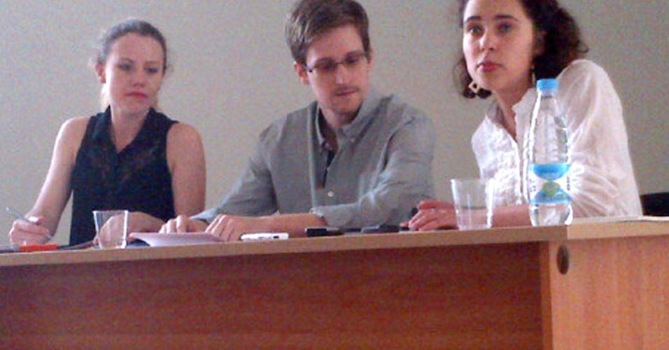 12.jul.2013 - Edward Snowden, ex-consultor da Agência Nacional de Segurança (NSA, na sigla em inglês) que assumiu a responsabilidade pelos recentes vazamentos sobre a espionagem americana, fala à imprensa no aeroporto de Moscou, após se reunir com ativistas do Wikileaks (esquerda) e de grupos de direitos humanos
