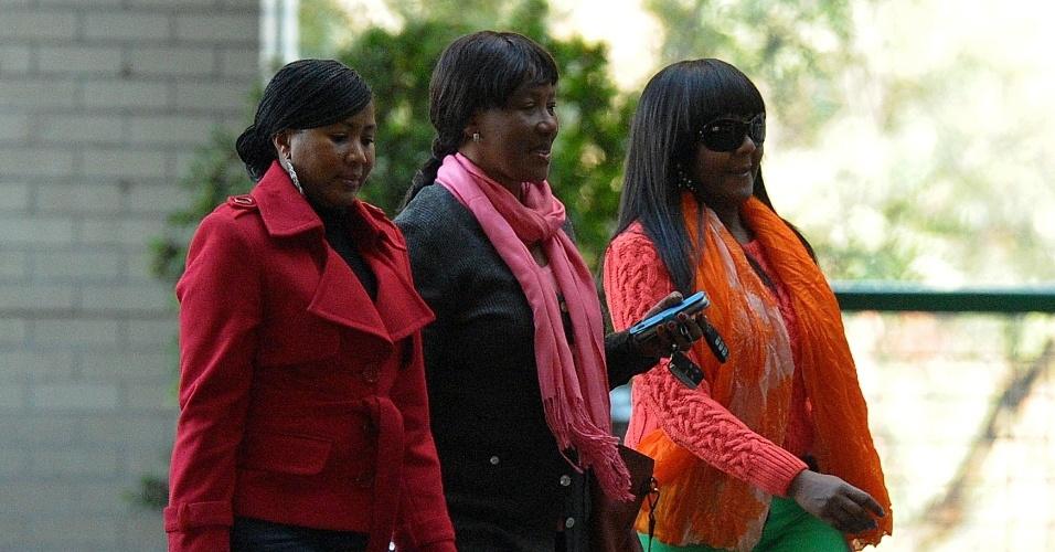12.jul.2013 - Ndileka Mandela (direita), Makaziwe Mandela (centro), neta e filha do ex-presidente da África do Sul Nelson Mandela, e uma membro da família não indentificada chegam ao Hospital do Coração MediClinic, em Pretória, onde Mandela está hospitalizado em estado crítico, mas estável, nesta sexta-feira (12)