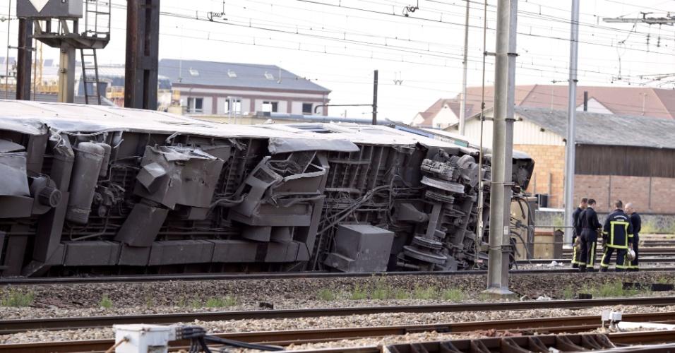 12.jul.2013 - Trem descarrilha em estação de Bretigny-sur-Orge, cidade do subúrbio de Paris, na França, nesta sexta-feira (12). Segundo autoridades, o acidente deixou mortos e feridos