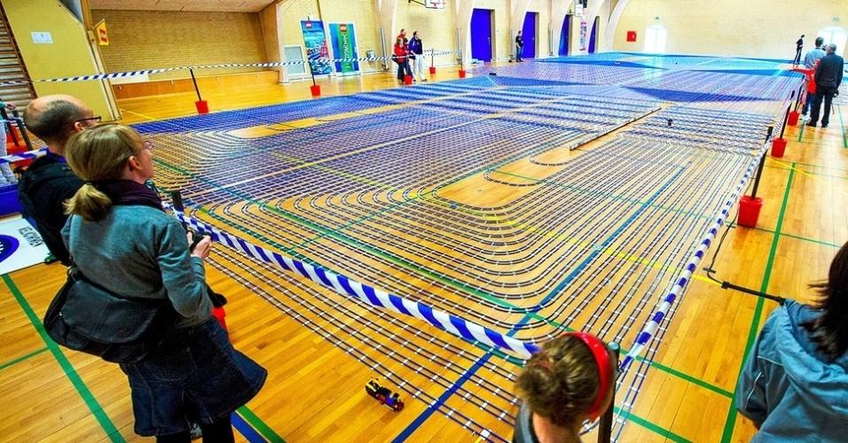 15.jul.2013 - O dinamarquês Henrik Ludvigsen construiu o maior circuito de trem feito com peças de Lego. Ao total, o circuito tem 93 mil peças e o trem leva mais de duas horas para completá-lo