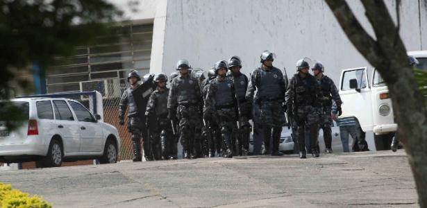 Policiais deixam a penitenciária em Itirapina (SP) após rebelião que durou quase 22h e deixou 2 mortos