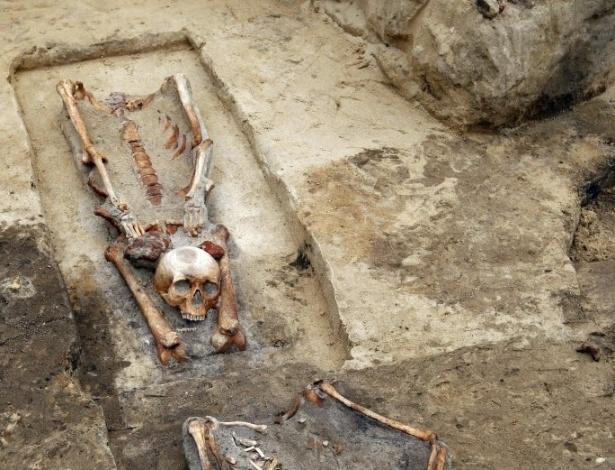"""15.jul.2013 - Quatro esqueletos com crânios enterrados entre as pernas foram descobertos por arqueólogos durante obras da construção de uma estrada em Gliwice, na Polônia. Segundo os arqueólogos, baseados na forma com que os corpos foram enterrados, as tumbas pertenceriam a pessoas que foram consideradas """"vampiras"""", pois, durante a Idade Média, acreditava-se que decapitar os vampiros os impediria de voltar à vida"""
