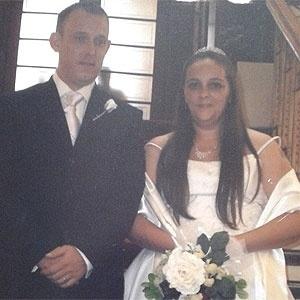 Anne-Marie Sim encontrou a foto acima no Facebook; assim, descobriu o casamento de Frain e Louise (dir)