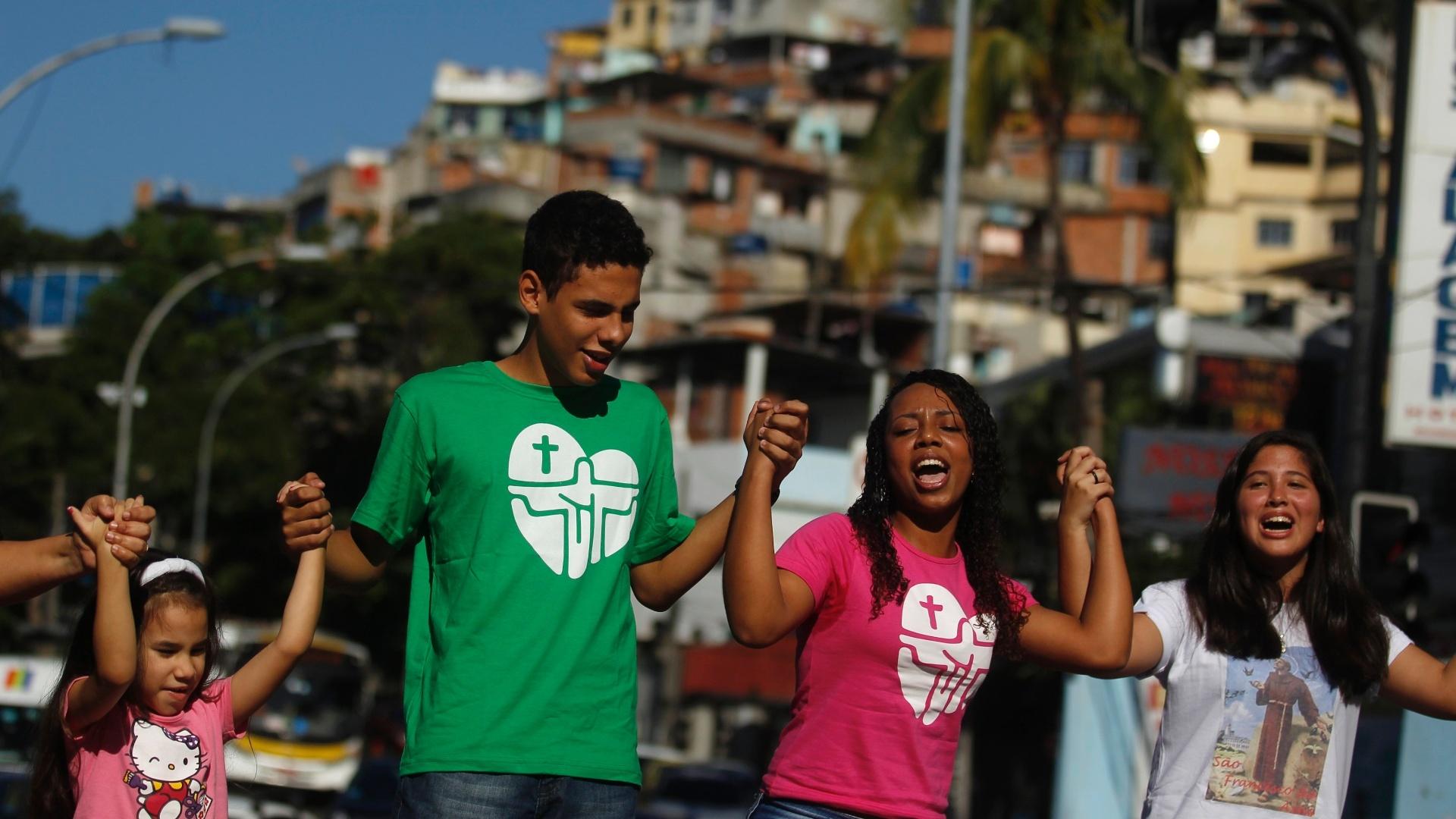 http://imguol.com/c/noticias/2013/07/15/jovens-caminham-pelas-ruas-da-favela-do-vidigal-no-rio-antes-da-chegada-dos-simbolos-da-jornada-mundial-da-juventude-nesta-segunda-feira-1373914086202_1920x1080.jpg