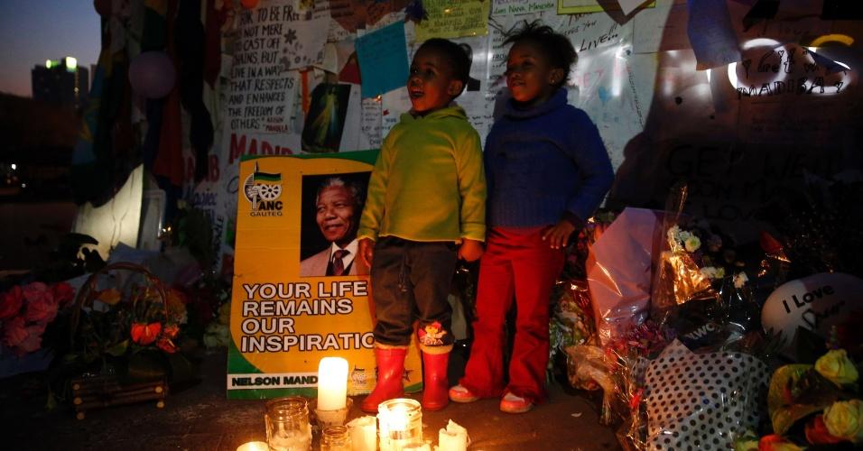 """17.jul.2013 - Crianças cantam """"Parabéns pra você"""" em frente ao hospital onde o ex-presidente sul-africano Nelson Mandela está em internado em Pretória, África do Sul. Mandela completa 95 anos nesta quinta-feira (18)"""