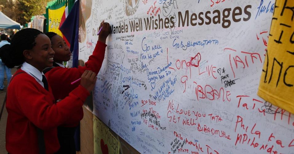 17.jul.2013 - Estudantes escrevem em mural de apoio ao ex-presidente sul-africano Nelson Mandela, que continua internado com uma infecção pulmonar crônica, em Pretória. Mandela fará 95 anos nesta quinta-feira (18)