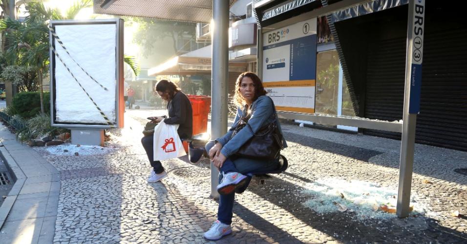 18.jul.2013 - Ponto de ônibus depredado na avenida Ataulfo de Paiva, no Leblon, bairro nobre da zona sul do Rio de Janeiro, na manhã desta quinta-feira (18), após protestos realizados na noite anterior. A manifestação foi marcada via Facebook. Um grupo de manifestantes da Rocinha se juntou àqueles que estavam perto da casa do governador do Rio, Sérgio Cabral (PMDB)