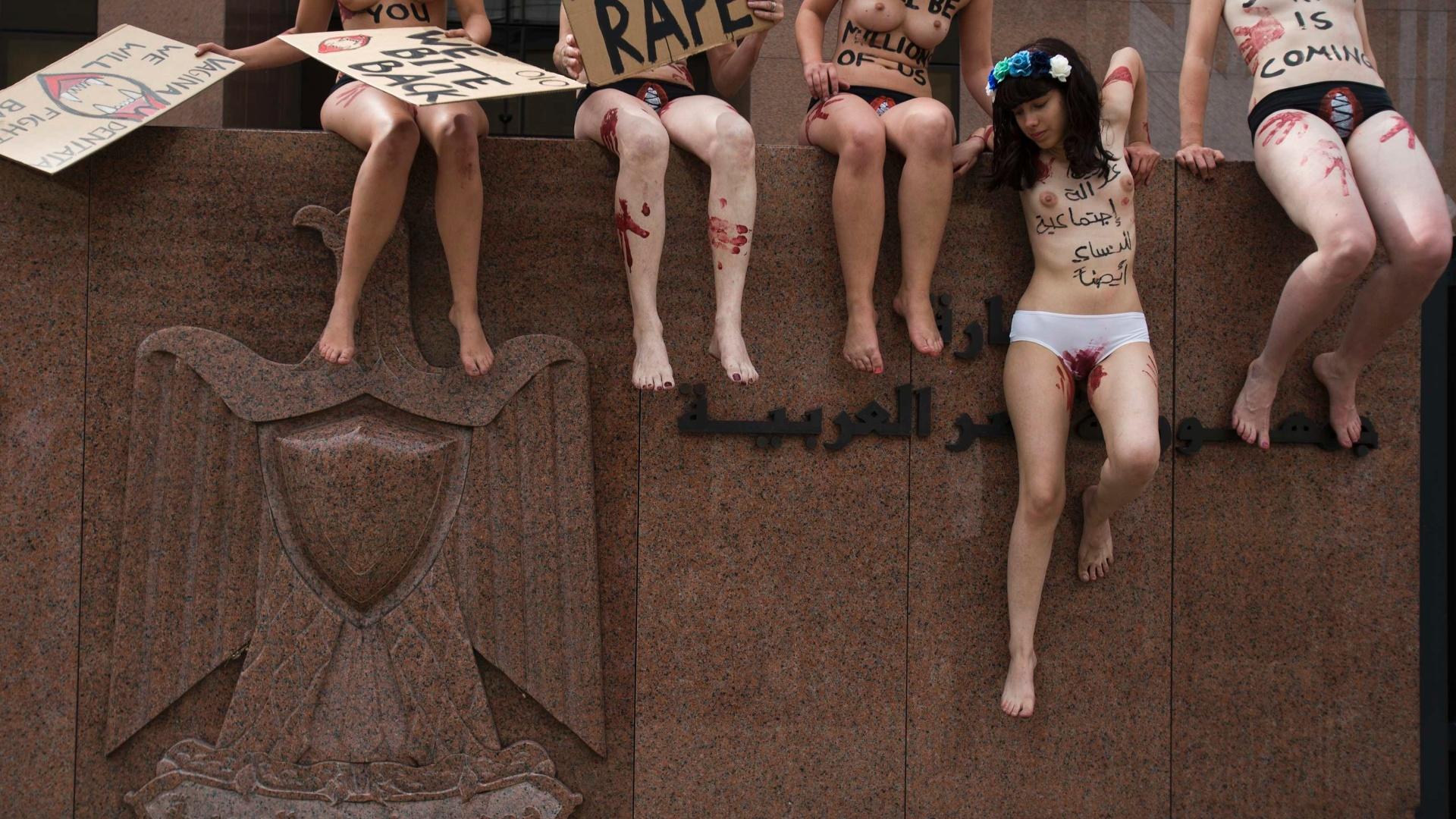 19.jul.2013 - Ativistas do Femen, protestam em frente à embaixada do Egito em Berlim, na Alemanha, contra os recentes casos de estupro em meio ao levante popular no país no norte da África