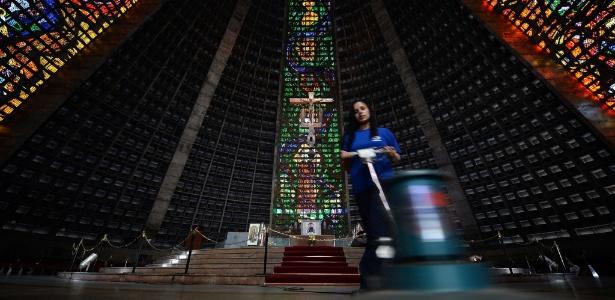 Funcionária faz a limpeza da Catedral Metropolitana do Rio, onde o papa Francisco irá celebrar uma missa durante a Jornada