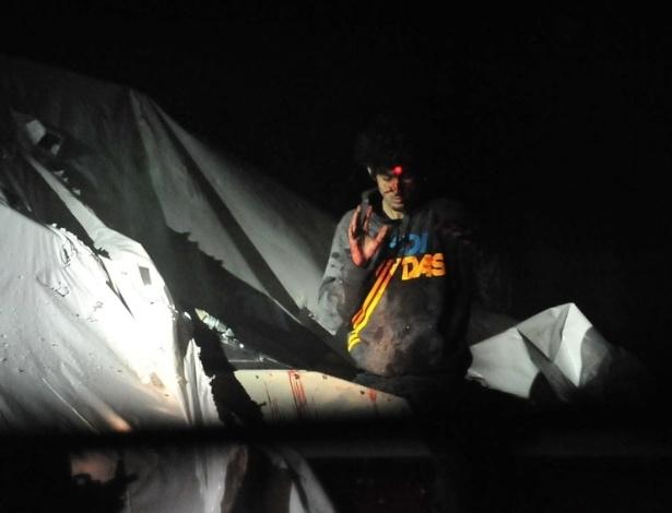 """19.jul.2013 - Na foto, Dzhokhar Tsarnaev, suspeito de ter cometido ataque terrorista durante a maratona de Boston, nos EUA, sai ensanguentado de barco no momento de sua captura. A imagem foi divulgada por um policial após a revista Rolling Stone publicar polêmica edição com Tsarnaev na capa. Segundo críticos, a imagem do jovem na revista - famosa por estampar astros no rock e da música - glamoriza o suspeito. O policial foi """"desligado de suas funções"""" após a divulgação"""