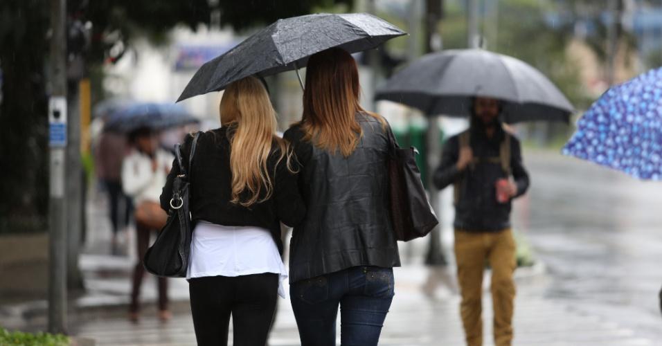 19.jul.2013 - Esta sexta-feira (19) registrou uma mudança brusca de temperatura em São Paulo, com os termômetros marcando cerca de 16ºC na capital paulista. A propagação de uma frente fria provoca o aumento de nuvens no decorrer do dia. No começo da tarde, ocorrem chuvas de leves a moderadas na cidade. Na quinta (18), a temperatura máxima foi de 26ºC
