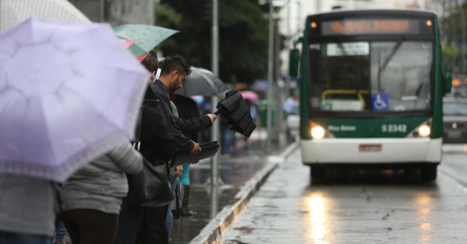 19.jul.2103 - Segundo as estações meteorológicas automáticas do CGE (Centro de Gerenciamento de Emergências), os termômetros registraram uma queda de cinco a seis graus em três horas em São Paulo nesta sexta-feira (19). As precipitações acontecem nas zonas norte, oeste, sul e central e nas marginais, com rápido deslocamento para as zonas leste e sudeste e nas regiões de Guarulhos e ABC