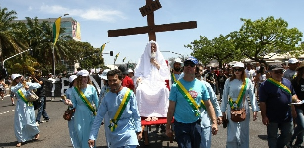 Inri Cristo é carregado por seguidores pelas ruas de Brasília, onde fica a sede de sua igreja, durante protesto