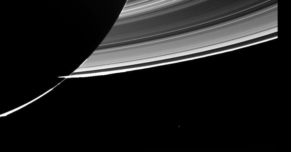 22.jul.2013 - A sonda Cassini fez novo registro simultâneo de Saturno (enquanto era iluminado por trás pelo Sol) e da Terra, que aparece como um pequeno ponto à direita dos anéis do planeta gigante gasoso. Esta é a terceira vez na história que o nosso planeta é fotografado bem de longe, segundo a Nasa (Agência Espacial Norte-Americana). A imagem bruta acima (isto é, ainda não recebeu tratamento) foi feita a cerca de 1,44 bilhões de quilômetros de distância do nosso planeta no dia 19 de julho, entre 21h27 e 21h47 GMT (entre 18h27 e 18h47 no fuso de Brasília), e divulgada pela págino do Facebook da missão no fim de semana