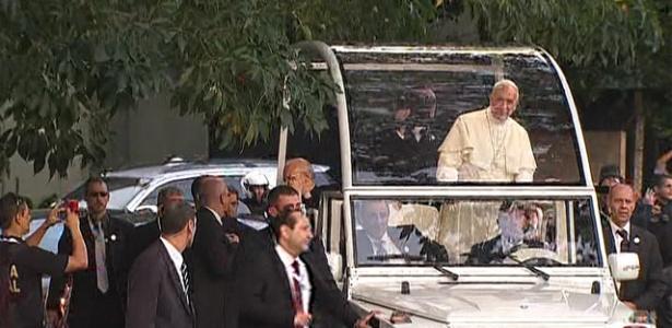 Após circular em carro fechado, o Papa Francisco anda no papamóvel pelas ruas do centro do Rio