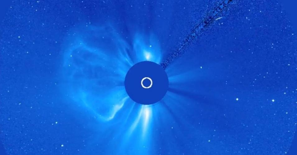 22.jul.2013 - Duas erupções solares se expandem lado a lado em registro do Observatório Solar Heliosférico (SOHO, na sigla em inglês) feito no começo de julho e divulgado nesta segunda-feira (22) pela Agência Espacial Europeia (ESA, na sigla em inglês). O astro expeliu enormes nuvens de plasma magnetizado da atmosfera do Sol, a chamada massa coronal, para o espaço com menos de 24 horas de diferença, entre os dias 1º e 2 de julho, mas sem riscos de atingir a Terra e afetar o sistema de comunicação dos nossos satélites. De acordo com a ESA, o maior evento (à esquerda) foi disparado, provavelmente, como um filamento solar que se tornou instável e foi arremessado para longe do Sol