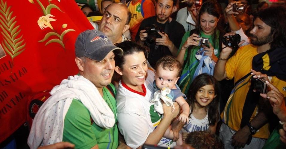 22.jul.2013 - Rodrigo Coelho posa para foto ao lado da mulher Luciana e do filho Miguel Braga Coelho, que foi beijado pelo papa Francisco no Rio de Janeiro, nesta segunda-feira (22)
