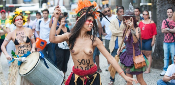 Grupo feminista aproveitou a chegada do papa Francisco, nesta segunda-feira (22), para fazer uma manifestação pela liberdade sexual das mulheres
