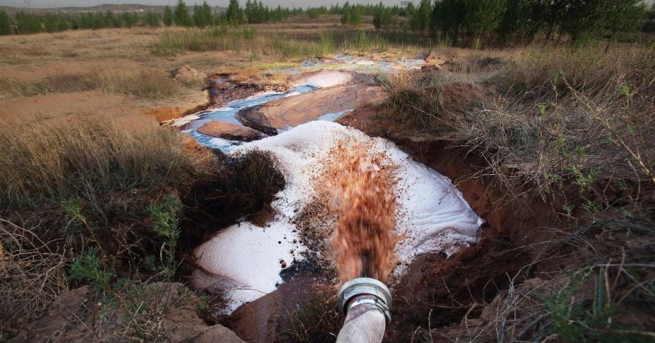 23.jul.2013 - A usina-piloto de liquefação de carvão da Shenhua Group, a maior mineradora chinesa, despejou uma grande quantidade de água contaminada na região perto da cidade de Ordos, na Mongólia Interior, elevando os níveis de produtos tóxicos nas águas locais. Segundo denúncia da ONG, a mineradora também retirou mais de 50 milhões de toneladas de água do lençol freático na região de Haolebaoji desde 2006