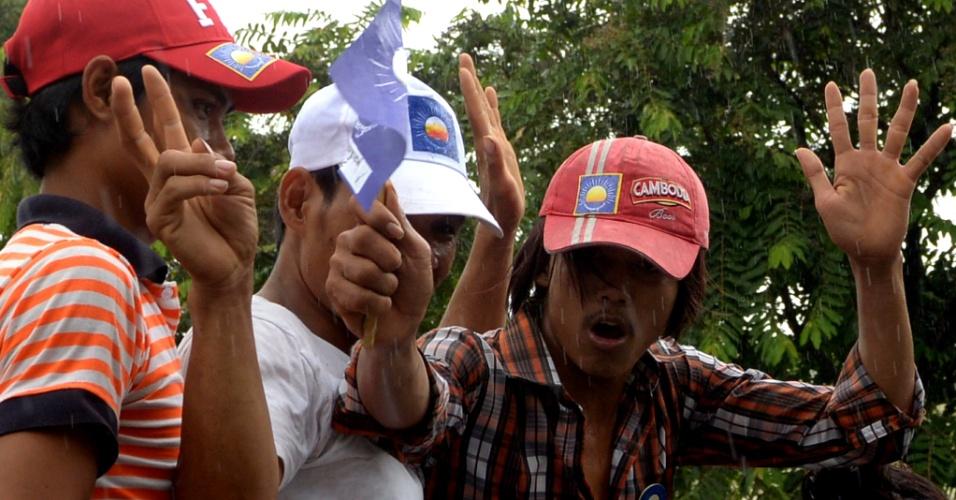 24.jul.2013 - Apoiadores do Partido de Resgate Nacional do Camboja gritam slogans durante campanha na capital Phnom Penh nesta quarta-feira (24). Apesar do passado violento do Camboja, muitos eleitores, sobretudo mais jovens, olham para o futuro do país