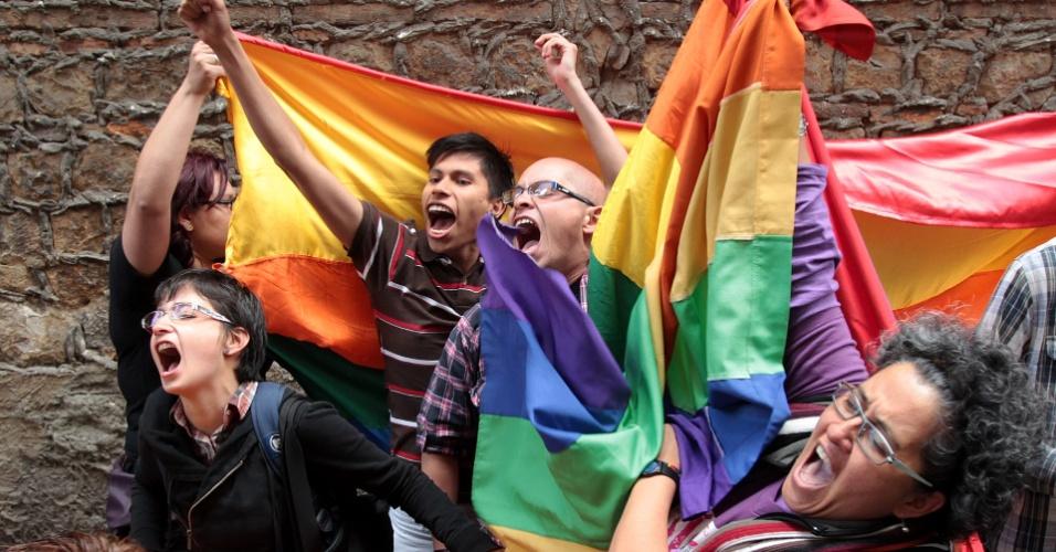 24.jul.2013 - Ativistas a favor da união de pessoas do mesmo sexo fizeram uma manifestação na frente do Tribunal Civil Municipal, na cidade de Bogotá, na Colômbia, nesta quarta-feira (24), enquanto acompanhavam o casamento de Gonzalo Ruiz Giraldo e Carlos Hernando Rivera. Eles são o primeiro casal homossexual a legalizar a união no país